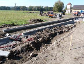 Stavba chodníku - podklad a obrubníky u propustku.