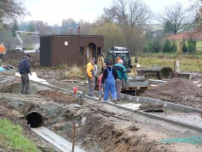 Stavba chodníku - pokládání dlažby.