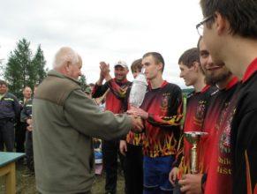 Předávání hlavní ceny vítěznému družstvu, Muži SDH Choustníkovo Hradiště, vlevo předávající Jindřich Franc.