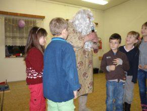 Mikuláš v obležení dětí.