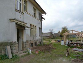 Vlevo obecní úřad, pohled zezadu, vpravo pak nově budovaný přístřešek.