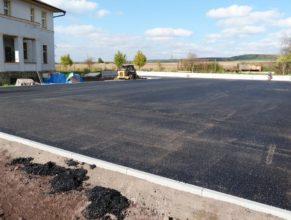 Nově položený asfalt na hřišti.