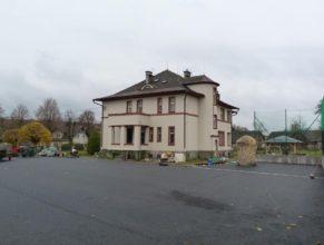 Stavba hřiště a obecní úřad.
