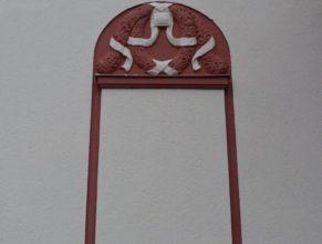 Znak na budově obecního úřadu.