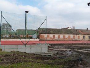 Stavba hřiště - nakreslené čáry a ochranné sítě.
