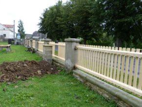 Nový plot před obecním úřadem.