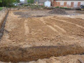 Stavba hriště - podklad a základy.