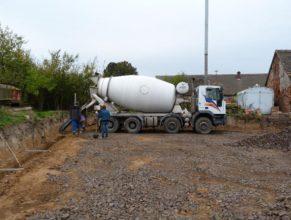 Stavba hriště - základy vylévané betonem.