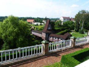 Zahrada zámku v Novém Městě nad Metují, dřevěný nadchod.