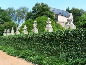 Sochy v zahradě zámku v Novém Městě nad Metují.