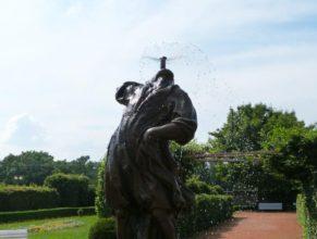Kašna v zahradě zámku v Novém Městě nad Metují.