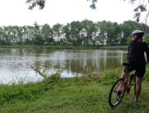 V pozadí rybník v obci Kohoutov - Rábiš, napravo Zuzana Vitebská.
