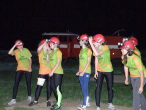 Ženy SDH Hřibojedy přípravující se k útoku.