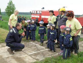Malí hasiči před útokem.