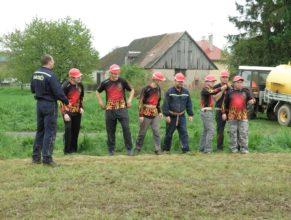 Muži SDH Choustníkovo Hradiště před útokem.