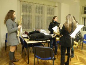 Připravující se muzikantky.