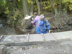 Dokončování opravy břehu potoka u Žižků.