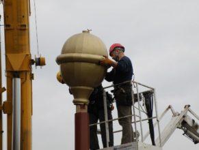 Nasazování nové zlaté kupole na červenou.