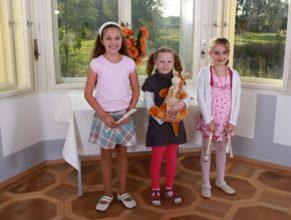 Dívky, které se chystají přednášet básně a hrát na flétny.