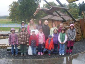 Společná fotografie dětí v dinoparku.