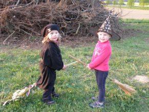 Malé čarodějky před hranicí čarodějnic.