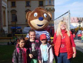 Děti s Medvídkem.
