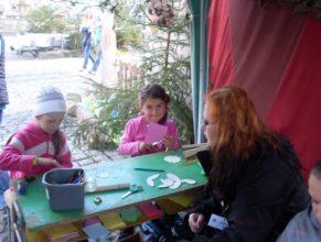 Děti s pastelkami a nůžkami.