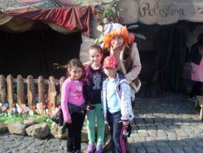 Děti s pohádkovou postavou.